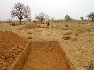 Retenue d'eau aménagée à l'entrée du village pour préserver la route de Guiè