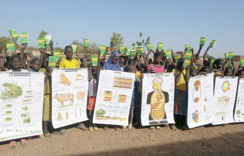 Remise de matériel pédagogique pour la rentrée scolaire 2016 à l'école de Namassa au Bukina Faso