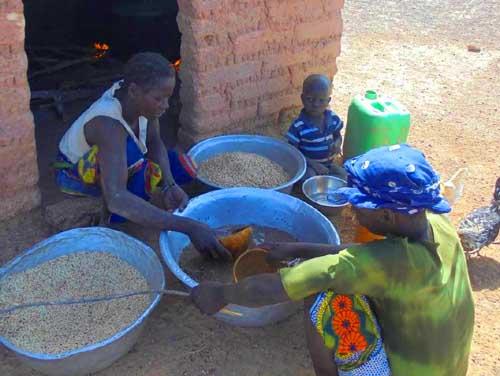 Préparation des repas à l'école de Namassa au Bukina Faso