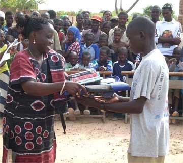 Distribution de prix d'encouragement aux élèves des écoles primaires, Burkina Faso