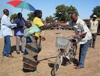 Un vélo en prix d'encouragement pour une mère de famille méritante
