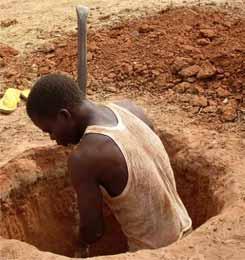 Un paysan creuse un puits racinaire pour planter un arbre à Guiè, Burkina Faso