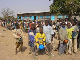 Entrée en classe à l'école primaire de Samissi au Burkina Faso
