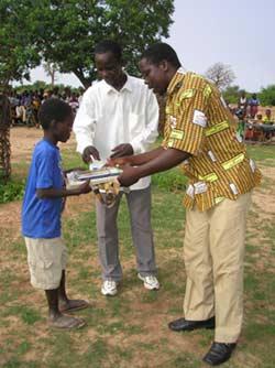 Distribution des prix de fin d'année à l'école de Guiè, Burkina Faso