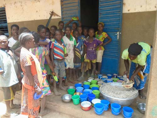 Service du repas à la cantine de l'école de Namassa au Burkina Faso