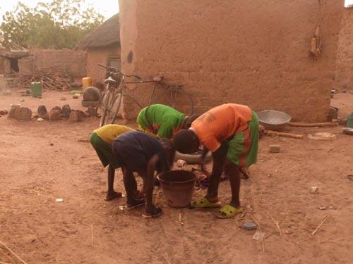 Enfants du Burkina Faso, toilette du matin