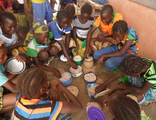Repas des enfants, cantine scolaire de l'école de Guiè au Bukina Faso