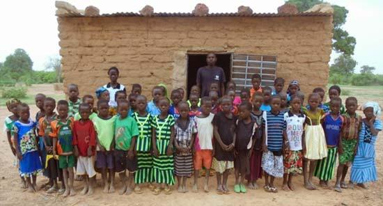 Une classe en banco construite par la population pour les enfants de Koulmastanga au Burkina Faso
