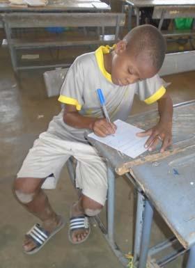 Ecolier du Burkina Faso écrivant