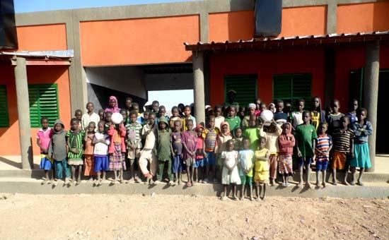 Les élèves de Koulmastanga devant leur nouvelle école au Burkina Faso
