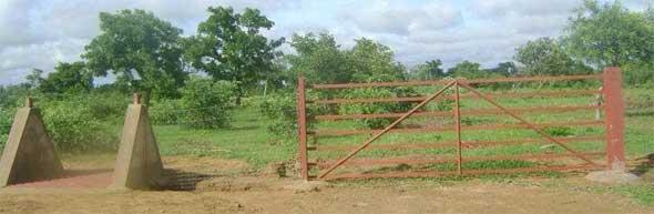 Installation des portes couchées pour la clôture du périmètre Neerwaya, Ferme Pilote de Goèma, Burkina Faso