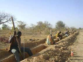 Traçage de la tranchée du périmètre, Ferme Pilote de Goèma, Burkina Faso