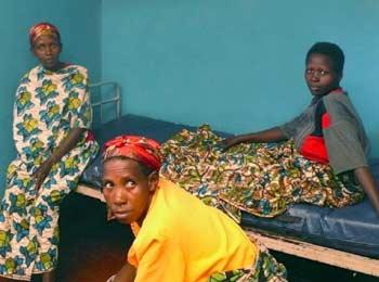 Jeune femme attendant d'entrer en salle d'accouchement à la maternité de Kirundo