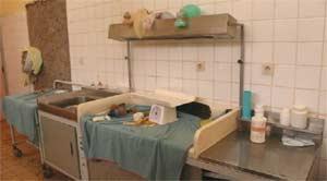 Matériel médical de la salle d'accouchement, maternité de Kirundo au Burundi