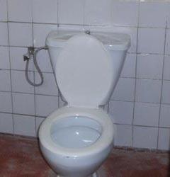 Toilettes à siège de la maternité de Kirundo au Burundi