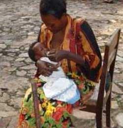 Maman allaitant son bébé, maternité de Kirundo au Burundi