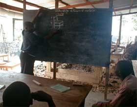 Cours théoriques de formation en menuiserie pour les enfants soldats démobilisés à Goma