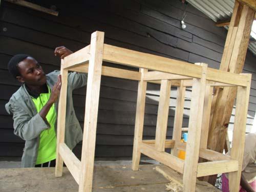 Apprenti menuisier s'exerçant à la fabrication d'un bureau à Goma en RDC