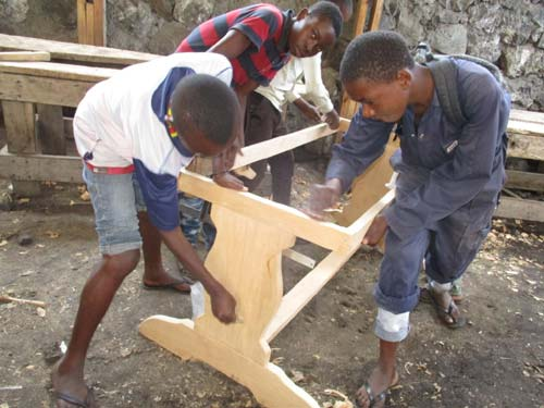 Apprentis menuisiers s'exerçant à la fabrication d'une table à Goma en RDC
