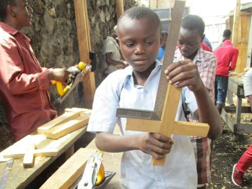 Atelier de formation des enfants soldats en apprentissage de menuiserie à Goma