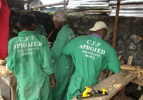 Des tenues de travail neuves pour les enfants soldats démobilisés apprentis menuisiers à Goma