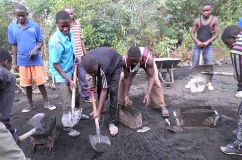 Apprentissage de la fabrication du béton pour la réinsertion des enfants soldats de Goma