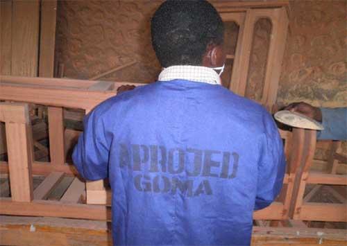 Des bleus de travail neufs pour les apprentis menuisiers de Goma.