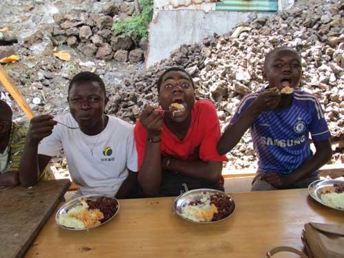 Repas de midi à la cantine des enfants soldats démobilisés apprentis menuisiers à Goma