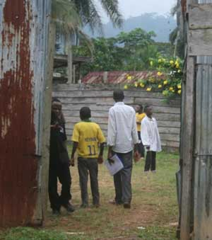 Enfant soldat démobilisé de Goma montrant son attestation de démobilisation