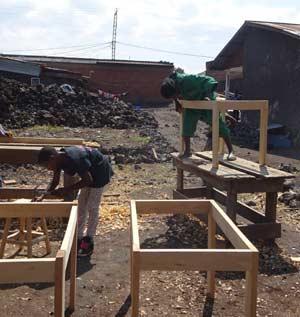 Construction de tables par les enfants soldats démobilisés apprentis menuisiers à Goma
