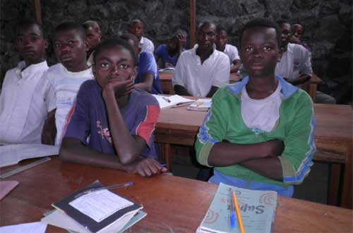 Réinsertion des enfants soldats de Goma, cours théorique de formation en menuiserie
