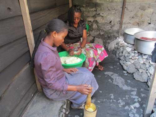 Les cuisinières préparent le repas de midi pour les enfants soldats démobilisés apprentis menuisiers à Goma