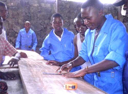 Premiers pas des apprentis menuisiers dans leur formation professionelle à Goma
