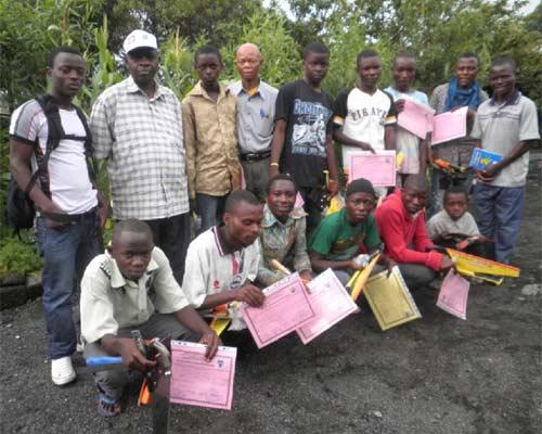 Ex enfants soldats lauréats de la formation en menuiserie à Goma, promotion 2012