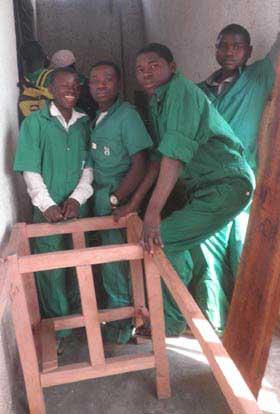 Les enfants soldats démobilisés apprennent la menuiserie au Nord Kivu