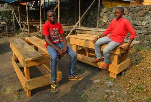 des établis neufs pour les enfants soldats en apprentissage de menuiserie à Goma