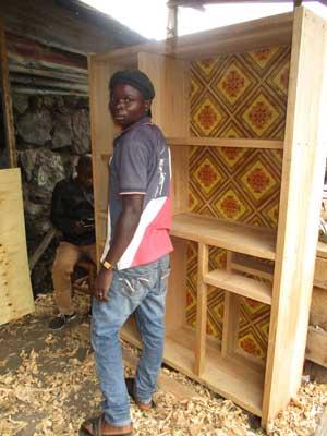Fabrication d'une bibliothèque par un apprenti menuisier de l'atelier APROJED de Goma, RD Congo