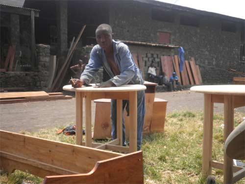 Les apprentis menuisiers apprennent à fabriquer des tables rondes et autres meubles très élaborés durant leur stage pratique.
