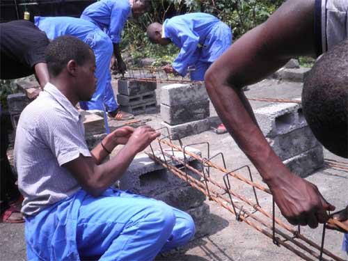 Apprentissage du ferraillage pour les jeunes menuisiers dans leur formation de maçonnerie à Goma