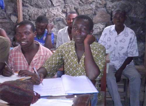 Formation théorique aux métiers de menuisier et maçon pour les ex enfants soldats de Goma.