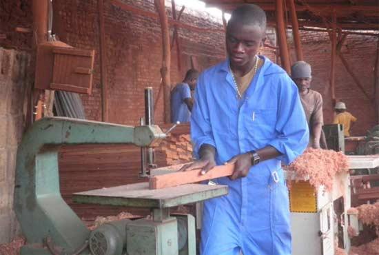 Apprenti menuisier en stage pratique de menuiserie à Goma