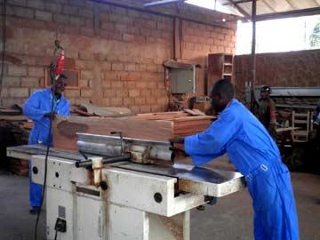 Jeune démobilisé en stage de formation de menuiserie à Goma