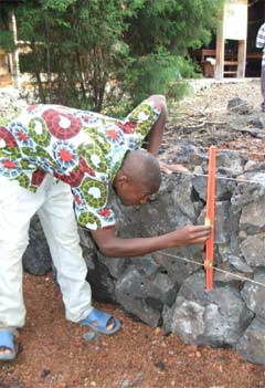 Apprentis menuisiers s'entraînant à la maçonnerie