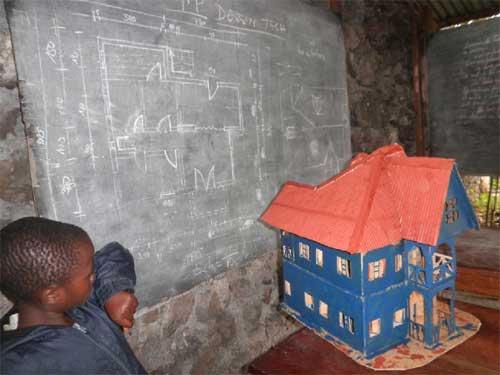 Maquette de maison exécutée par un ex enfants soldat apprenti menuisier à Goma