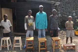 Jeunes menuisiers présentant leurs oeuvres