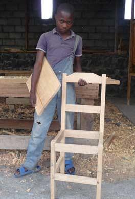 Muhindo présente la chaise qu'il vient de fabriquer