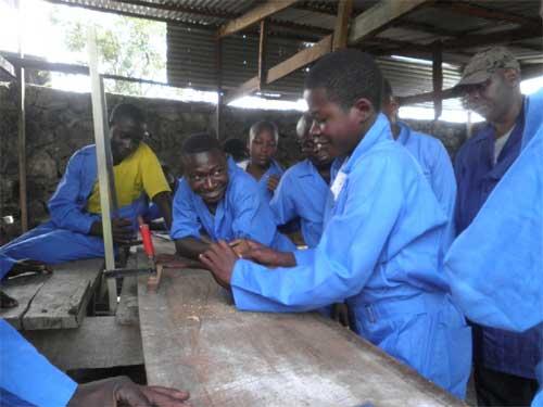Ex enfants soldats en formation en menuiserie à Goma, promotion 2013