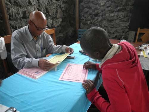 Les lauréats du brevet professionnel de menuiserie et maçonnerie signent leur diplôme lors de la remise officielle.