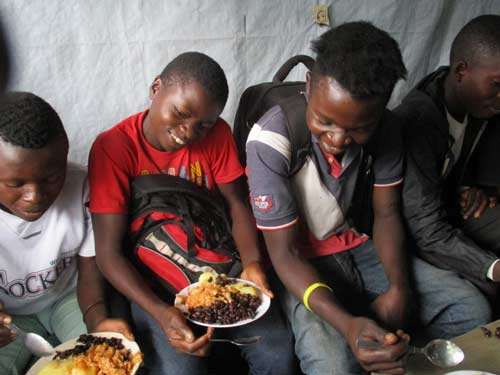 Repas de midi des enfants soldats en apprentissage de menuiserie à Goma