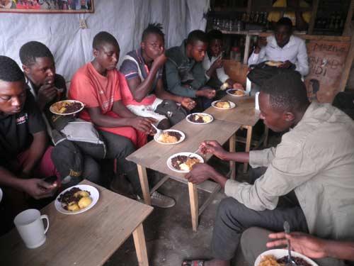 Repas de midi offert aux enfants soldats en apprentissage de menuiserie à Goma